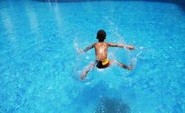 Der Jungenmessfinger in Wasser Lizenzfreies Stockbild