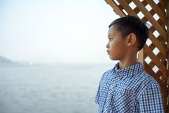 Der Jungenstand an der Unterlassungsansicht des Ufers an Knall Phra-Reservoir chonburi Thailand Stockfotos