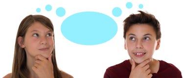 Der junger Jugendliche oder Kinder, die mit denken, denken Blase und copysp Stockbild
