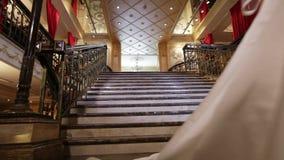 Der Jungvermählten Treppe unten stock footage