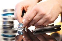 Der Juwelier führt Halskette mit Kristallen durch Lizenzfreies Stockfoto