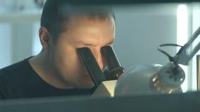 Der Juwelier stellt eine Verzierung her stock footage