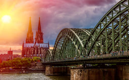 Der Kölner Dom/domkyrkan i Cologne arkivbilder