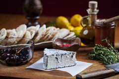 Der Käse und neues Bestandteilrezept, die in einem rustique angezeigt werden, reden Küchendekor an Stockfotos