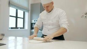Der kühle Chef stellen den Teig auf der Aufspannfläche bereit Kochen des Pizzabodens 4K stock video