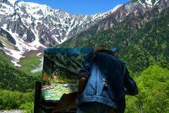 Der Künstler auf dem Gipfel von Kamigochi-Berg stockfotos