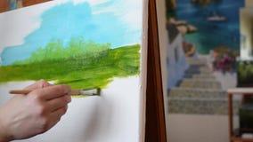 Der Künstler malt ein Bild auf einem weißen Segeltuch am Nachmittag stock video footage