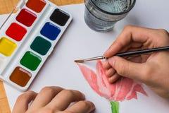 Der Künstler malt eine Blume des Aquarells Lizenzfreies Stockfoto