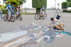 Der Künstler zeichnet auf die Straße Lizenzfreie Stockfotos