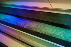 Der künstliche Regen, der von der Decke kommt, wird durch runde Glühlampen mit farbigem Licht belichtet Lizenzfreie Stockfotografie