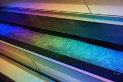 Der künstliche Regen, der von der Decke kommt, wird durch runde Glühlampen mit farbigem Licht belichtet Stockbilder