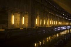 Der künstliche Tunnel mit dem Liegeplatz stockfoto