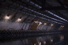 Der künstliche Tunnel mit dem Liegeplatz und einem Ausgang lizenzfreie stockfotografie