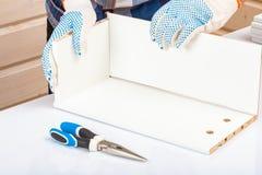 Der K?ufer sammelt bereit-zu-zusammenbauen Klapptisch Bereit-zu-bauen Sie M?bel zusammen lizenzfreies stockbild