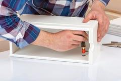 Der K?ufer sammelt bereit-zu-zusammenbauen Klapptisch Bereit-zu-bauen Sie M?bel zusammen Installation von Hauptmöbeln lizenzfreie stockbilder