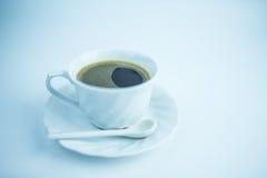 Der Kaffee in der weißen Schale auf weißem Hintergrund Lizenzfreie Stockfotos