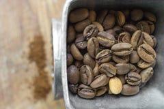 Der Kaffee wird eigenhändig gerieben Stockfoto