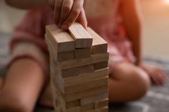 An der Kaffeestube übergibt auf dem Tisch gefaltetes Puzzlespiel Spielen Sie jenga auf dem Tisch, hölzernes tol, Paarspiele Stockfotos