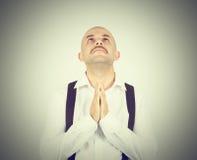 Der kahle Mann, der, anflehend betet, übergibt das umklammerte Hoffen des Wunders Stockbilder