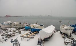 Der Kai des Fischers im Winter von Pomorie, Bulgarien Stockfotos