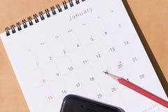 Der Kalender des neuen Jahres 2017 auf dem Hintergrund des braunen Papiers mit p Stockfotografie