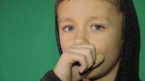 Der kalte Junge Die Kinderhusten stock video footage
