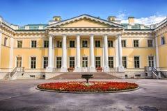 Der Kamennoostrovsky-Palast ist ein ehemaliger Kaiserlandwohnsitz auf Kamenny-Insel in St Petersburg Lizenzfreie Stockbilder