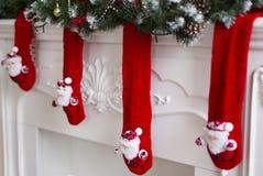 Der Kamin verziert mit roten Weihnachtswollsocken Lizenzfreie Stockfotos