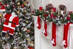 Der Kamin verziert mit roten Weihnachtswollsocken Stockfotos