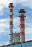 Der Kaminstapel des Stahlwerkes Stockfotos