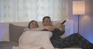 Der Kampf für die Fernbedienung vom Fernsehen stock footage