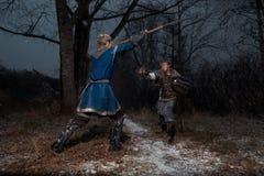 Der Kampf zwischen mittelalterlichen Rittern im Stil des Spiels von Thro Stockfotos