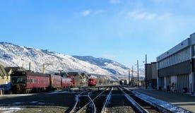 Der kanadische pazifische Bahnzug gestoppt in im Stadtzentrum gelegenem Kamloops, Britisch-Columbia, Kanada an einem schönen Wint lizenzfreies stockbild