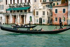 Der Kanal groß, in Venedig, mit Gondeln Stockbild