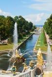 Der Kanal und der großartige Kaskadenbrunnen Peterhof Stockfotos