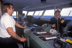 Der Kapitän der Fähre Bluenose, das am Brückentelefon spricht, während ein Mannschaftsmitglied das Boot navigiert, Yarmouth, Nova Lizenzfreie Stockfotografie