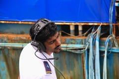 Der Kapitän des touristischen weißen Unterseeboots im Hafen des Mannes stockfotos