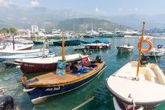 Der Kapitän im Urlaub am touristischen Pier in Budva, Montenegro Lizenzfreie Stockfotografie