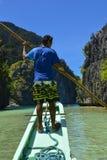 Der Kapitän ruderte auf dem Boot EL Nido ist ein 1. Klassenstadtbezirk in der Provinz von Palawan stockbilder