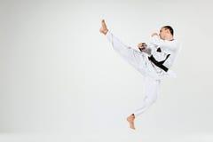 Der Karatemann mit schwarzem Gürtel stockbilder