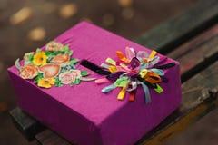 Der Kasten für Wünsche und Geld für die Heirat lizenzfreie stockfotografie