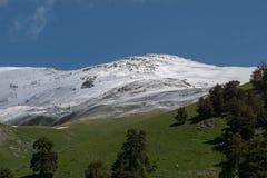 Der Kaukasus ist ein Gebirgs-System in West-Asien zwischen dem Schwarzen Meer und dem Kaspischen Meer in der Kaukasus-Region Lizenzfreie Stockbilder