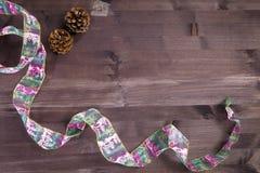 Der Kegel über einem natürlichen dunklen hölzernen Hintergrund Alte schmutzige hölzerne Tabellen oder Parkett mit Knoten und Löch Lizenzfreie Stockfotos
