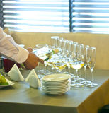Der Kellner gießt Wein in Gläser Lizenzfreie Stockfotografie