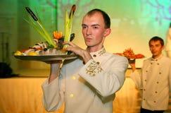 Der Kellner mit dem Behälter in einem russischen Restaurant Stockbild