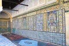 Der keramische Wandinnenraum von Sidi Sahbi Mausoleum, Kairouan, Tunesien stockfotos