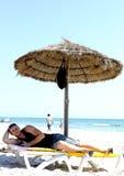 Der Kerl auf dem Strand Stockbilder