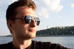 Der Kerl in den Sonnenbrillen Lizenzfreie Stockfotos