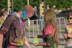 Der Kerl in der Farbe schmierte Farbe auf Holi-Festival in der Stadt von Tscheboksary, Chuvash-Republik, Russland 06/01/2016 Lizenzfreie Stockfotografie