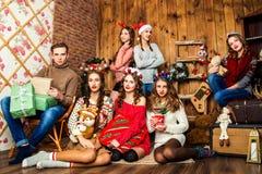 Der Kerl in der Firma von sechs Frauen im Raum mit Weihnachten d Stockfotos